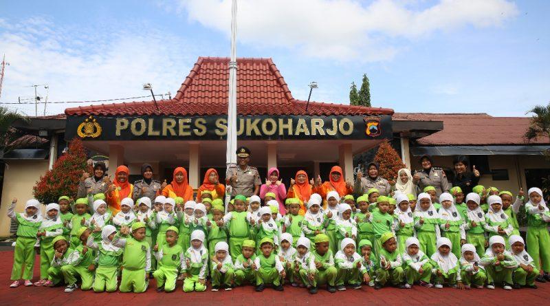 Puluhan Anak BA Aisyiah Luwang II Foto Bersama Kapolres Sukoharjo